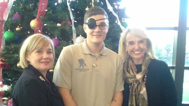 Photo of Gov. Brewer visiting AZ soldier at DC-area hospital