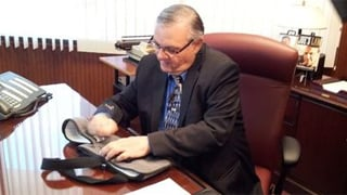 Photo of Arpaio with his sling in the eBay post. (Source: eBay)