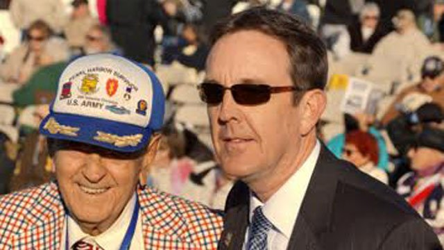 AZ Secretary of State Ken Bennett with veteran. (Source: CBS 5 News)