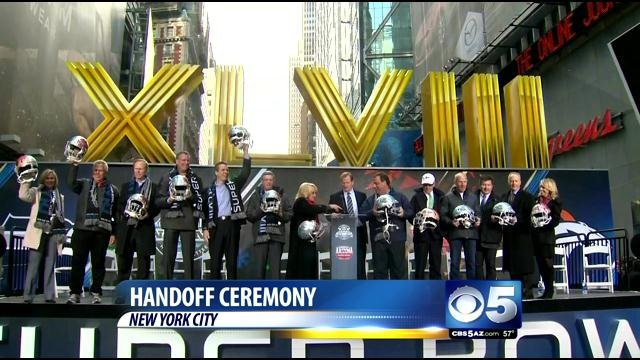 Gov. Brewer at Times Square. (Source: CBS 5 News)