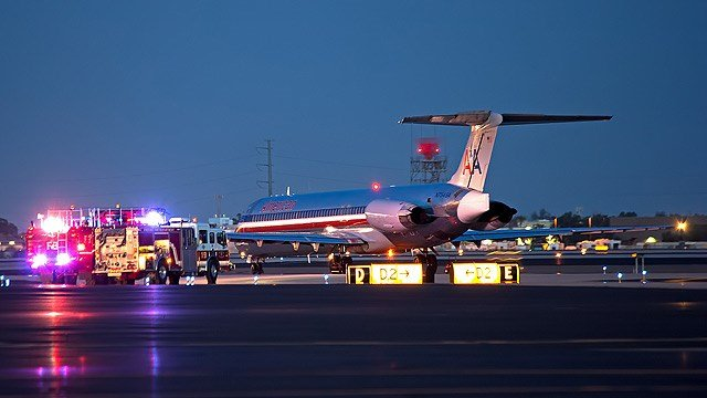 American Airlines Flight 292 sits on the Tarmac at Sky Harbor Airport on Thursday night after its takeoff was aborted. (Source: Jared Romanowicz)