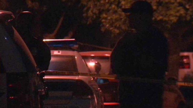 © Phoenix police officers stand guard at the scene of a fatal stabbing Wednesday night. (Source: CBS 5 News)